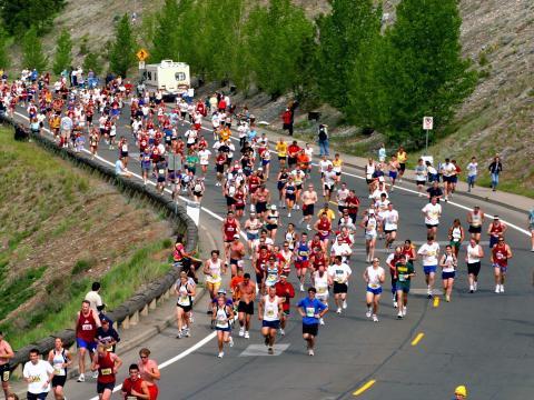五月 Bloomsday Run 赛跑期间过弯的选手