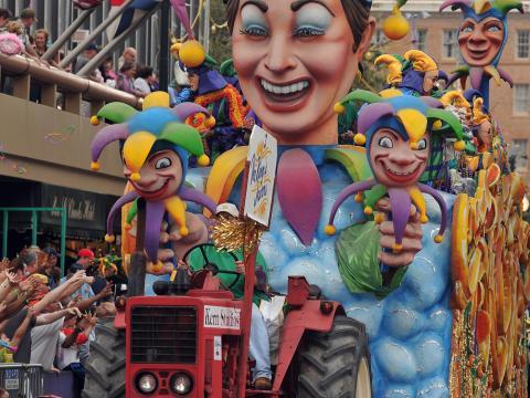 五颜六色的忏悔星期二狂欢节游行花车穿过街道
