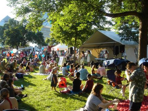 在夏季节日欣赏音乐,享受野餐时光