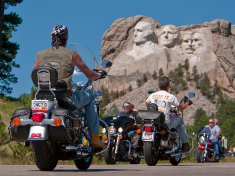 几位总统正在观看斯特吉斯摩托车拉力赛