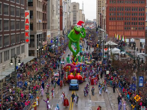 在节日期间观看底特律市中心的美利坚感恩节大游行